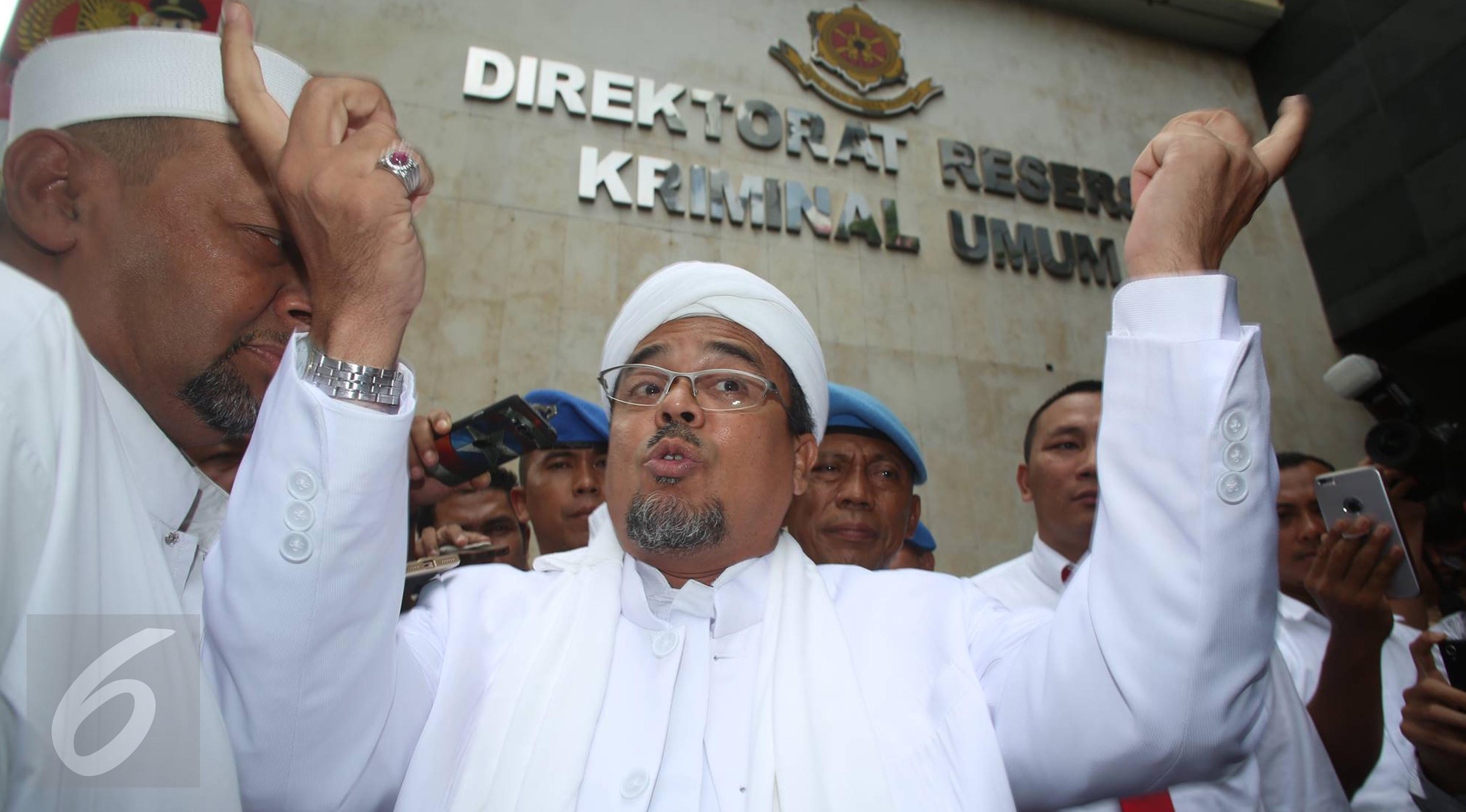 Pimpinan Front Pembela Islam (FPI) Rizieq Shihab tiba di Polda Metro Jaya, Jakarta, untuk diperiksa sebagai saksi kasus dugaan makar, Rabu (1/2). (Liputan6.com/Immanuel Antonius)