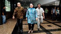 Wakil Ketua Dewan Pakar Partai Golkar, Siti Hediati Hariyadi (tengah) berjalan usai melakukan pertemuan dengan Ketua GMPG Ahmad Doli Kurnia (kiri) di Gedung Granadi, Jakarta, Jumat (11/8). (Liputan6.com/Helmi Fithriansyah)