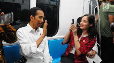Presiden Joko Widodo bersama artis Chelsea Islan saat menjajal Mass Rapid Transit (MRT) di Jakarta, Kamis (21/3). Jokowi didampingi Ibu Negara Iriana mencoba kembali kereta tersebut bersama disabilitas, dan artis Chelsea Islan. (Liputan6.com/Angga Yuniar)