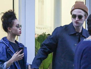 Robert Pattinson dan FKA Twigs terlihat sedang kencan romantis di Paris, (15/10/14). (Dailymail)