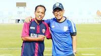 Asisten pelatih PSBI Blitar, Agus Priyanto, bersama pelatih Persebaya Surabaya, Aji Santoso. (Bola.com/Gatot Susetyo)