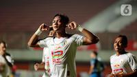 Selebrasi pemain PS Sleman Saddam Emiruddin Gaffar usai menjebol gawang Persib Bandung dalam pertandingan semifinal leg pertama Piala Menpora 2021 di Stadion Maguwoharjo, Sleman, Jumat (16/4/2021). Persib menang tipis atas PS Sleman 2-1. (Bola.com/Ikhwan Yanuar)