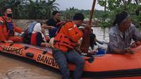 Kantor Pencarian dan Pertolongan (SAR) Bandung menerjunkan timnya untuk mengevakuasi warga terdampak banjir di Desa Mekarmulya, Kecamatan Teluk Jambe Barat, Kabupaten Karawang. (Foto: Dok. Basarnas)