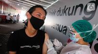 Mitra driver melakukan vaksinasi di Kemayoran, Jakarta (29/4/2021). Vaksinasi yang melibatkan puluhan ribu mitra driver di Jakarta merupakan kolaborasi masif Gojek, Halodoc, dan pemerintah untuk mempercepat vaksinasi pada kelompok masyarakat pekerja transportasi. (Liputan6.com/HO/Ading)