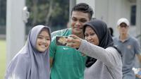 Bek Timnas Indonesia, Rachmat Irianto, foto bersama fans usai latihan di Lapangan ABC Senayan, Jakarta, Kamis (22/2/2018). Latihan ini dilakukan untuk persiapan Piala AFF U-18 2018 dan Piala Asia U-19 2018. (Bola.com/M Iqbal Ichsan)