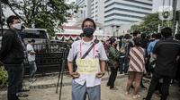 Orang tua siswa menggelar aksi didepan gedung Balaikota, Jakarta, Selasa (23/6/2020). Mereka menuntut Gubernur DKI Jakarta Anies Baswedan menghapus prioritas usia dalam aturan Penerimaan Peserta Didik Baru (PPDB) DKI Jakarta. (Liputan6.com/Faizal Fanani)