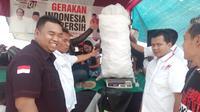Ratusan botol bekas minuman mineral nampak dihitung untuk penilaian kejuaraan Indonesia bersih (Liputan6.com/Jayadi Supriadin)