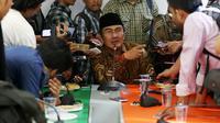 Ketua Umum Ikatan Cendekiawan Muslim Indonesia (ICMI) Jimly Asshiddiqie dalam diskusi bersama media di kantor ICMI, Jakarta, Rabu (9/8). ICMI menyoroti kondisi kebangsaan terkini seperti Pembubaran HTI dan Polemik UU Pemilu. (Liputan6.com/Johan Tallo)