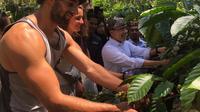 Para pengunjung menyaksikan proses pengolahan kopi rakyat secara manual.