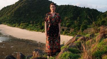 Penampilan Raisa saat berada di Lombok ini juga berhasil mencuri perhatian netizen. Pasalnya dalam foto tersebut Raisa terlihat tengah menggunakan daster. Gaya santai Raisa saat berpose dengan daster pun tetap terlihat memesona. (Liputan6.com/IG/@raisa6690)