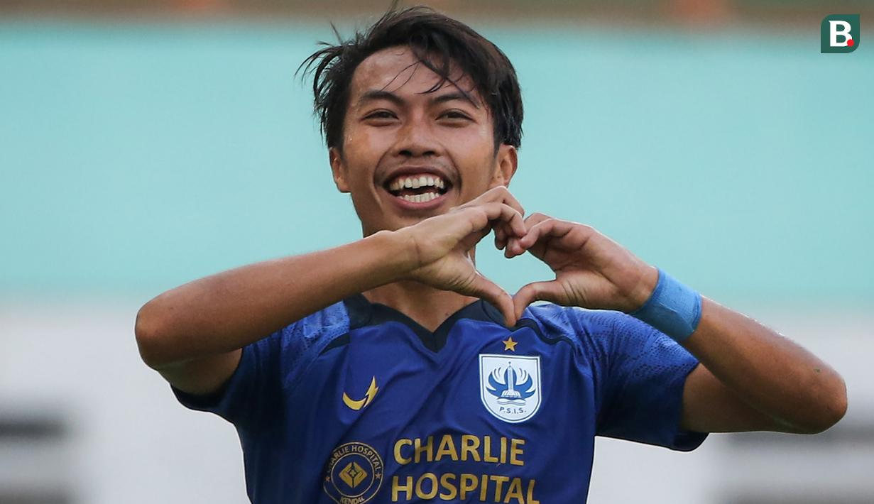 Ketika laga hampir berakhir imbang 0-0, PSIS Semarang mencuri gol di masa injury time babak kedua melalui bek Riyan Ardiansyah dalam laga pekan pertama BRI Liga 1 2021/2022 di Stadion Wibawa Mukti, Cikarang, Sabtu (4/9/2021). PSIS menang 1-0 atas Persela. (Bola.com/Bagaskara Lazuardi)
