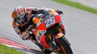 Pembalap Repsol Honda, Dani Pedrosa belum mempersembahkan hasil membanggakan di kelas MotoGP bersama Honda. (MOHD RASFAN / AFP)