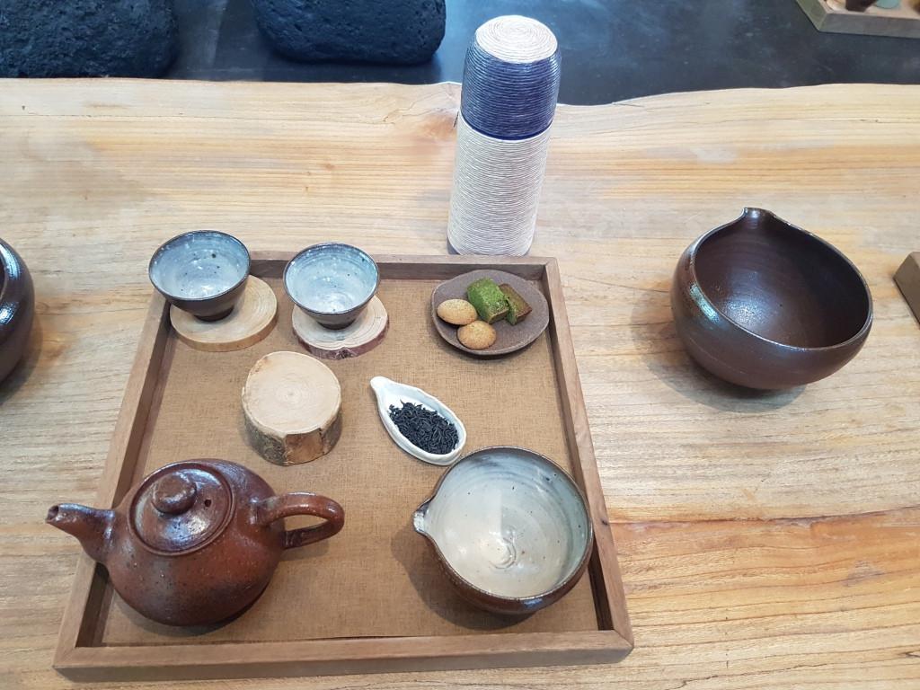 Korea kaya akan tradisi yang masih berlangsung hingga sata ini. Salah satunya tradisi meminum teh hijau yang dipercaya baik bagi kesehatan.