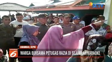 Ratusan warga yang didominasi ibu-ibu di Riau, ikuti petugas Satpol PP merazia sejumlah tempat karaoke yang diduga menjalankan prostitusi terselubung.