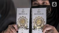 Petugas menunjukkan koleksi lempengan emas di Pegadaian, Jakarta, Selasa (18/5/2021). Untuk emas Antam satuan terkecil dengan ukuran 0,5 gram dijual Rp 518.500, naik Rp 2.000 dari harga sebelumnya. (Liputan6.com/Johan Tallo)