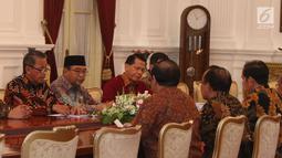 Ketua BPK, Moermahadi Soerja Djanegara dan jajarannya menemui Presiden Joko Widodo (Jokowi) di Istana Merdeka, Jakarta, Kamis (5/4). Kedatangan BPK untuk menyampaikan Ikhtisar Hasil Pemeriksaan Semester (IHPS) II Tahun 2017. (Liputan6.com/Angga Yuniar)