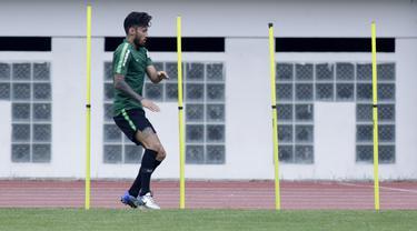 Pemain Timnas Indonesia, Stefano Lilipaly, saat mengikuti sesi latihan terpisah di Stadion Wibawa Mukti, Jawa Barat, Sabtu (3/11). Latihan ini merupakan persiapan jelang Piala AFF 2018. (Bola.com/M Iqbal Ichsan)