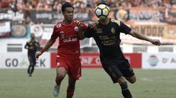 Gelandang Persija Jakarta, Novri Setiawan, berusaha merebut bola saat melawan Sriwijaya FC pada laga Liga 1 di Stadion Wibawa Mukti, Jawa Barat, Sabtu (24/11). Persija menang 3-2 atas Sriwijaya. (Bola.com/Yoppy Renato)