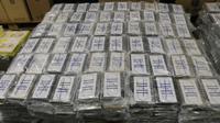 Barang bukti kokain ditunjukkan di Hamburg, Jerman (2/8/2019). Bea Cukai Hamburg berhasil menyita 4,5 ton kokain yang terbesar di negara itu, dengan perkiraan harga senilai satu miliar euro (US $ 1,1 miliar). (Hamburg Customs Investigation Office/AFP)