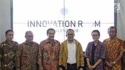 Menaker Hanif Dhakiri (ketiga kanan) foto bersama usai meresmikan Innovation Room di Jakarta, Kamis (28/6). Kemnaker meresmikan ruang inovasi bertujuan membantu anak-anak muda mengembangkan bisnis digital dan proyek kreatif. (Liputan6.com/Herman Zakharia)