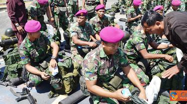 Citizen6, Surabaya: Personel Satgas SBJ Wakatobi di Swiping dari barang-barang terlarang seperti munisi tajam, senjam, dan Narkoba oleh anggota Jajaran Intel Menbanpur-1 Mar. (Pengirim: Budi Abdillah)