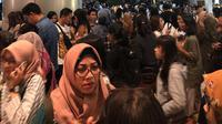 Pengunjung berhamburan keluar gedung setelah merasakan gempa yang melanda sebuah pusat perbelanjaan di kawasan Jakarta, Jumat (2/8/2019). Berdasarkan data BMKG, gempa bumi memiliki Magnitudo 7,4 dan berpusat di wilayah barat daya Sumur, Banten. (Liputan6.com/Adinda)