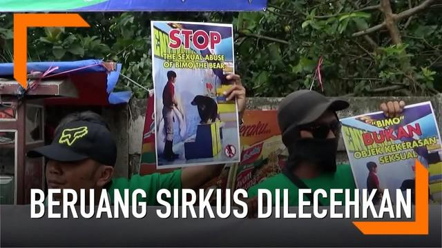 Seekor beruang dilecehkan oleh pawangnya sendiri dalam pertunjukkan sirkus di Cimahi, Jawa Barat. Aksi tak senonoh itu memancing amarah para pecinta binatang.