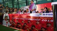 Pelatih Timnas Indonesia U-22 Indra Sjafri memberi keterangan saat tiba di Bandara Soekarno Hatta, Rabu (27/2/2019). (Liputan6.com/Pramita Tristiawati)