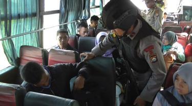 Polda Banten memeriksa sejumlah bus Antar-Kota Antar-Provinsi (AKAP) yang akan memasuki tol ke arah Jakarta.