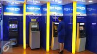 Nasabah melakukan transaksi di ATM Bank BTN, Jakarta, Jumat (22/7). Bank BTN siap menampung dana repatriasi dari kebijakan penghapusan pajak (tax amnesty) yang mulai diberlakukan pemerintah. (Liputan6.com/Angga Yuniar)