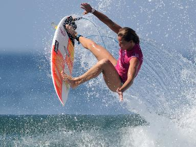 Peselancar AS, Courtney Conlogue melakukan lompatan sehari sebelum dimulainya kejuaraan dunia surfing dari Liga Selancar Dunia (World Surf League) di Pantai Keramas Kabupaten Gianyar, Bali, Minggu (12/5/2019). Ajang itu akan diselenggarakan mulai 13-25 Mei 2019. (SONNY TUMBELAKA/AFP)