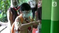 Siswa menggunakan hand sanitizer sebelum memasuki ruang kelas pada pada hari pertama uji coba Pembelajaran Tatap Muka (PTM) di SDN Kenari 08 Pagi Jakarta, Rabu (7/4/2021). Pemprov DKI Jakarta mulai melakukan uji coba pembelajaran tatap muka secara terbatas di 100 sekolah (Liputan6.com/Faizal Fanani)