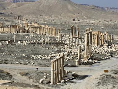 Benteng Fakhr al-Din II dengan pemandangan Great Colonnade di kota kuno Palmyra, Provinsi Homs, Suriah, 7 Februari 2021. Suriah memiliki enam situs yang terdaftar dalam daftar elite warisan dunia UNESCO dan semuanya mengalami kerusakan dalam perang 10 tahun. (LOUAI BESHARA/AFP)
