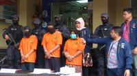Polisi kembali menangkap 3 tersangka kasus istri membunuh suami dan anak tiri. (Merdeka.com/ Nur Habibie)