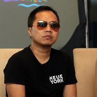 """""""Jadi bukan karena bayaran yang besar. Kalau urusan bayaran, itu urusan manajemen saya enggak tahu apa-apa,"""" lanjut Sandhy Sondoro. (Deki Prayoga/Bintang.com)"""