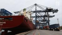 Aktivitas bongkar muat peti kemas di Pelabuhan Tanjung Priok, Jakarta, Jumat (25/5). Ekspor April sebesar 14,47 miliar dolar AS lebih rendah ketimbang Maret 2018 yang mencapai 15,59 miliar dolar AS. (Liputan6.com/Angga Yuniar)