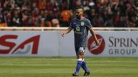 Gelandang Persela, Diego Assis, berjalan saat melawan Persija pada laga Liga 1 di SUGBK, Jakarta, Selasa (20/11). Persija menang 3-0 atas Persela. (Bola.com/Yoppy Renato)