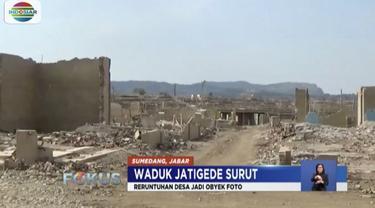Musim kemarau mengakibatkan air di Waduk Jatigede, Sumedang, mengering.