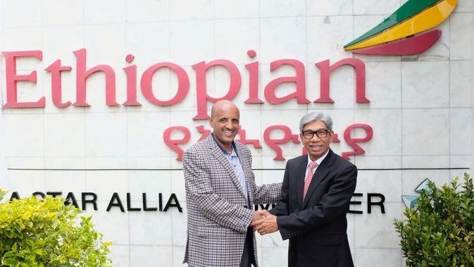 CEO Ethiopia Airlines, Tewolde Gebremariam bersama Wakil Menteri Luar Negeri RI, AM Fachir di Addis Ababa (8/8/2018) (sumber: Kemlu RI)