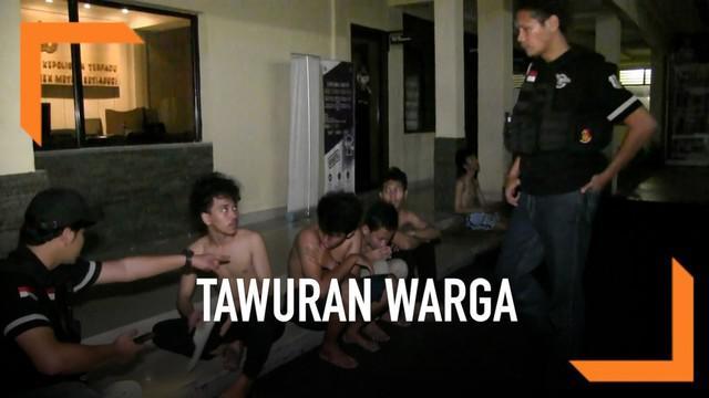 Polisi menangkap sejumlah remaja yang hendak tawuran Kamis (23/5) malam. Dalam penangkapan ini polisi juga menyita senjata tajam yang akan digunakan saat tawuran.