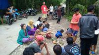 Warga berkumpul di lokasi sumber suara gemluduk di Depok Gilangharjo Pandak Bantul. (KRJogja.com/Sukro Riyadi)