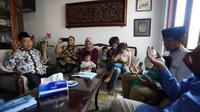 Cawapres 02, Sandiaga Uno mengunjungi keluarga petugas KPPS di Surabaya bernama Nur Aidah Hayati yang meninggal dunia usai pencoblosan Pemilu 2019. (Muhammad Genantan Saputra/Merdeka.com)