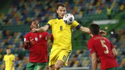 Pemain Swedia, Raphael Guerreiro, mengontrol bola saat melawan Portugal pada laga UEFA Nations League di Stadion Jose Alvalade, Kamis (15/10/2020). Portugal menang dengan skor 3-0. (AP Photo/Armando Franca)