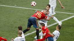 Duel Sergio Ramos (15) dan pemain Rusia pada laga 16 besar Piala Dunia 2018 di  Luzhniki Stadium, Moskow, Rusia, (1/7/2018). Rusia menang penalti atas Spanyol Spain 4-3. (AP/David Vincent)