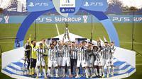 Para pemain Juventus melakukan selebrasi usai menjuarai Piala Super Italia di Stadion Mapei, Rabu (20/1/2021). Juventus menang dengan skor 2-0 atas Napoli. (Massimo Paolone/LaPresse via AP)