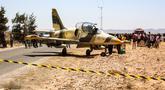 Pesawat jet tempur Libya L-39 Albatros pasukan Khalifa Haftar melakukan pendaratan darurat di Kota Medenine, Tunisia tenggara, atau sekitar 120 kilometer dari perbatasan Tunisia-Libya (22/7/2019). Jet tempur tersebut mendarat di jalan raya. (AFP Photo/Fathi Nasri)