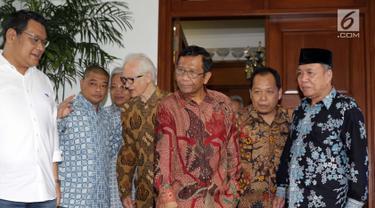 Mahfud MD (ketiga kanan) bersama para tokoh Gerakan Suluh Kebangsaan bersiap memberi keterangan usai melakukan pertemuan dengan Presiden RI kelima, Megawati Soekarnoputri di Jakarta, Jumat (17/5/2019). Pertemuan berlangsung tertutup. (Liputan6.com/Helmi Fithriansyah)