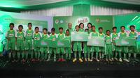 Mahyudin dan Irfan Anugrah (satu dan dua dari kanan) merupakan pemain terbaik MILO Football Championship 2017 audisi Makassar yang akan terbang ke Barcelona. (dok. MILO)