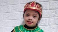 Kidung Sariro Ayu penyandang down syndrome berkreasi dengan coretan dan membuat batik kuas ciprat. Foto: dokumen pribadi.