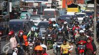 Kendaraan terjebak kemacetan di sepanjang Simpang Cagak Nagreg, Jawa Barat, Minggu (3/7). Tingginya volume kendaraan serta aktivitas pasar menjadi penyebab kemacetan di kawasan tersebut. (Liputan6.com/Immanuel Antonius)